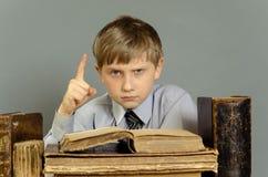 Libri antichi un ragazzo, un bambino prodigio Immagine Stock Libera da Diritti