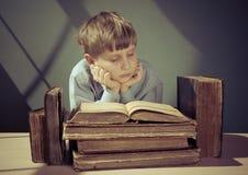 Libri antichi un ragazzo, un bambino prodigio Immagini Stock