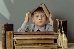 Libri antichi un ragazzo, un bambino prodigio Fotografie Stock Libere da Diritti