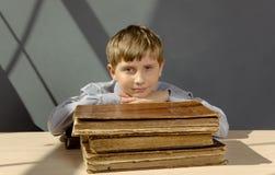 Libri antichi un ragazzo, un bambino prodigio Immagini Stock Libere da Diritti