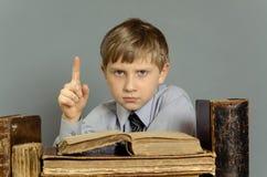 Libri antichi un ragazzo, un bambino prodigio Fotografie Stock