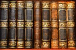 Libri antichi in vecchia biblioteca Immagine Stock