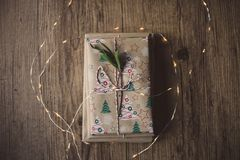 Libri avvolti su una tavola e sulle luci di Natale Immagini Stock Libere da Diritti