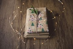 Libri avvolti su una tavola e sulle luci di Natale Fotografie Stock