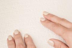 Libri Braille Il tocco di vostre punte delle dita la struttura della p fotografia stock libera da diritti