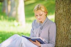 Libri che superiori della lista del bestseller ogni ragazza dovrebbe leggere Rilassi lo svago un concetto di hobby Migliori libri fotografie stock libere da diritti
