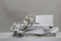 Libri con i fiori con fondo di legno ancora vita nero e Immagini Stock Libere da Diritti