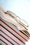 Libri con i vetri di lettura Fotografia Stock Libera da Diritti