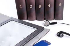 Libri con le cuffie concetto del libro del libro elettronico Fotografia Stock Libera da Diritti