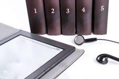 Libri con le cuffie concetto del libro del libro elettronico Fotografia Stock