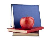 Libri con le mele fotografie stock libere da diritti