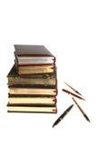 Libri con oro e le penne Fotografie Stock Libere da Diritti
