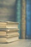 Libri d'annata con i libri nel fondo Fotografia Stock Libera da Diritti