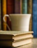 Libri d'annata con la tazza Fotografia Stock Libera da Diritti