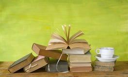 Libri d'annata con una tazza di caffè fotografie stock libere da diritti
