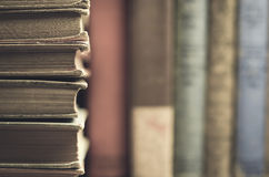 Libri d'annata in un mucchio con i libri nel fondo Immagini Stock Libere da Diritti