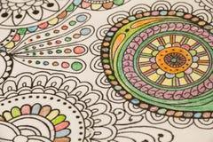 Libri da colorare adulti con le matite, nuova tendenza di alleviamento di sforzo, persona di concetto di consapevolezza che color illustrazione vettoriale