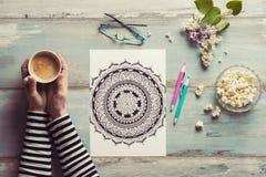 Libri da colorare adulti di coloritura femminile, nuova tendenza di alleviamento di sforzo fotografie stock libere da diritti