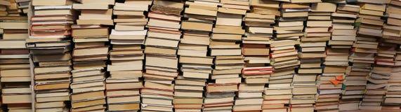 Libri da vendere nello scaffale per libri utilizzato Fotografie Stock