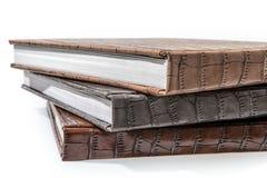 Libri dalla copertina rigida che si trovano su un fondo bianco Fotografia Stock
