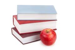 Libri dalla copertina rigida e mela Fotografia Stock