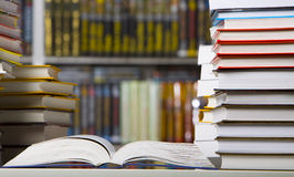 Libri del primo piano nella libreria Fotografia Stock Libera da Diritti