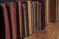 Libri dell'annata in una riga fotografia stock