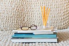 Libri dell'insegnante di vetro e un supporto con le matite sulla tavola Il concetto del giorno del ` s dell'insegnante Copi lo sp fotografia stock libera da diritti