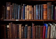 Libri dell'oggetto d'antiquariato sullo scaffale per libri Immagini Stock Libere da Diritti