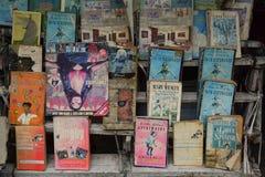 Libri della seconda mano di vendita del venditore ambulante in Calcutta Fotografie Stock