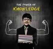 Libri della tenuta del ragazzo del genio che indossano i vetri, potere di conoscenza immagine stock libera da diritti