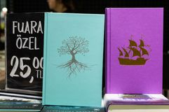 Libri di Alexandra Bracken visualizzati su un supporto nella fiera del libro di Eskisehir fotografie stock libere da diritti