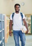 Libri di With Backpack And dello studente in libreria Immagine Stock Libera da Diritti