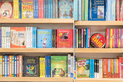Libri di bambini da vendere in biblioteca Immagine Stock