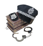 Libri di crimine e della polizia con il cappello, il distintivo e le manette della polizia Fotografie Stock