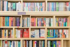 Libri di finanza e di affari da vendere sullo scaffale delle biblioteche Fotografie Stock