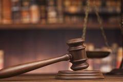 Libri di legge, maglio del giudice, fondo dell'aula di tribunale fotografia stock libera da diritti