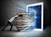 Libri di lettura con un libro elettronico Fotografia Stock Libera da Diritti