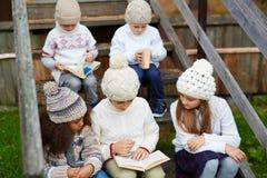 Libri di lettura dei bambini all'aperto Fotografia Stock Libera da Diritti