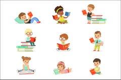 Libri di lettura dei bambini e godere della raccolta della letteratura dei ragazzi svegli e delle ragazze che amano leggere sedut illustrazione vettoriale