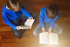 Libri di lettura dei bambini sul pavimento a casa Vista superiore Fotografia Stock