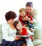 Libri di lettura dei nonni ai nipoti Fotografia Stock