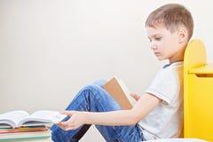 Libri di lettura del bambino a casa immagini stock libere da diritti