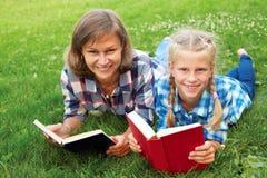 Libri di lettura del bambino e del genitore insieme immagine stock libera da diritti