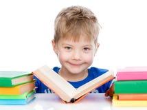 Libri di lettura del bambino piccolo Isolato su priorità bassa bianca Immagini Stock Libere da Diritti
