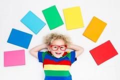 Libri di lettura del bambino Scuola per i bambini immagini stock