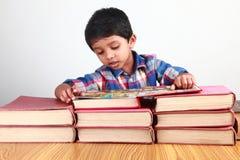 Libri di lettura del ragazzo Fotografia Stock Libera da Diritti