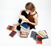 Libri di lettura della giovane donna Immagini Stock