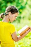Libri di lettura della giovane donna Fotografia Stock Libera da Diritti