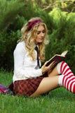 Libri di lettura della ragazza dell'allievo Immagine Stock